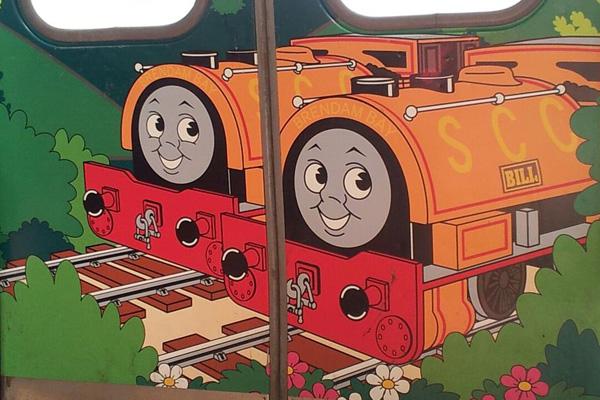 大月駅で乗った富士急行のトーマス電車でいたずら好きの「ビル」と「ベン」を発見
