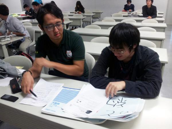 講演会で学生がタイムキープ